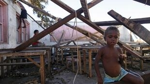 Dans les ruines d'une école détruite par le cyclone Pam à Tanna, les enfants jouent.