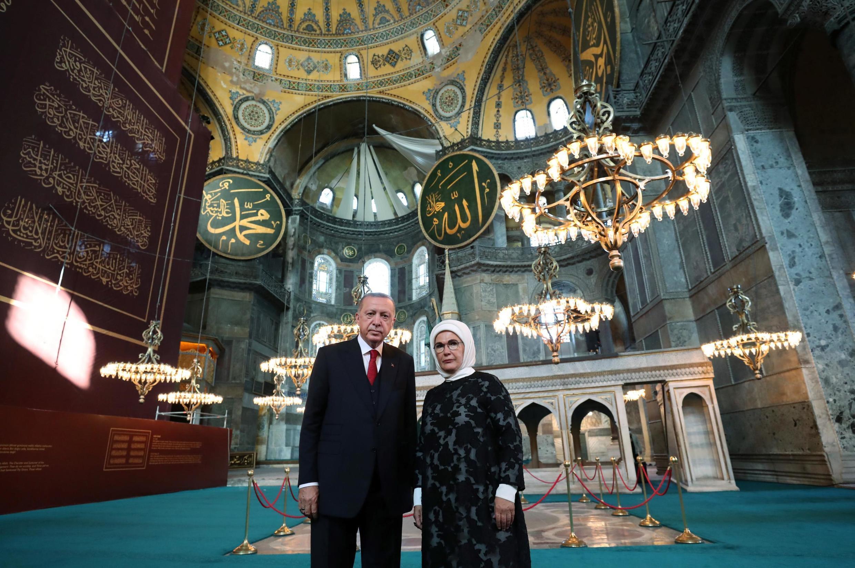Recep Tayyip Erdogan a ordonné la reconversion de Sainte-Sophie en mosquée. Photo: le président turc et son épouse dans l'ex-basilique Sainte-Sophie d'Istanbul, le 23 juillet 2020.