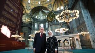 Le président turc Recep Tayyip Erdogan et son épouse Emine Erdogan posent dans la grande mosquée Sainte-Sophie à Istanbul, le 23 juillet 2020.
