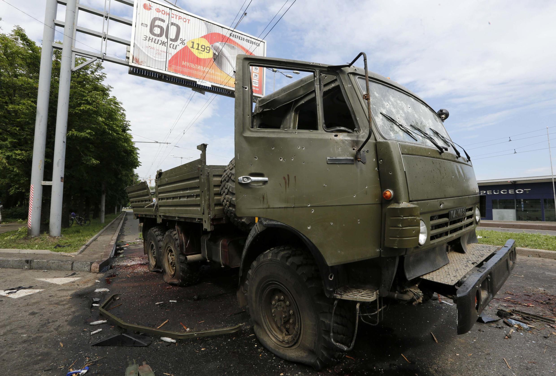 Caminhão de forças rebeldes ucranianas é visto perto do aeroporto internacional de Donetsk, nesta terça-feira, 27 de maio de 2014.