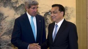 Secretário de Estado John Kerry (e) com o primeiro-ministro da China, Li Keqiang.