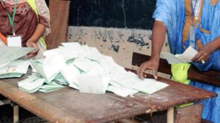 Le comptage des voix dans un bureau de vote de Nouakchott, pendant l'élection présidentielle, le 21 juin 2014.