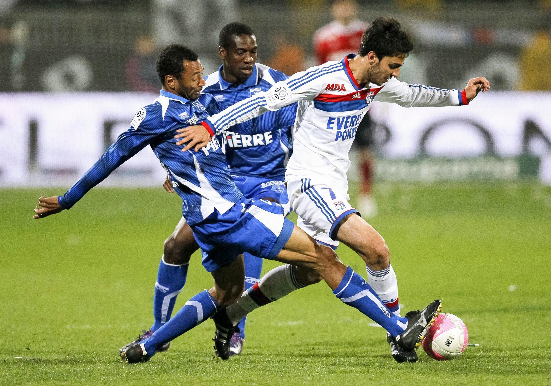 Jogador do Lyon disputa a bola com o Auxerre, em partida da última sexta-feira pela Liga dos Campeões.