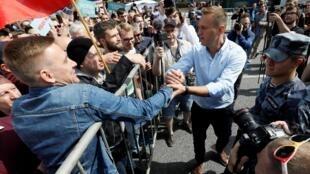 O opositor Alexei Navalny (d), que teve sua candidatura vetada na eleição presidencial de 2018 e no pleito municipal de Moscou esta semana, mobiliza os manifestantes na capital russa.