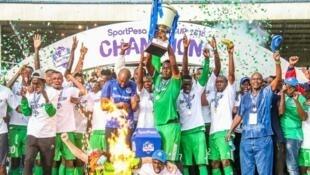 Wachezaji wa Gor Mahia wakishangilia baada ya kushinda taji la Sport Pesa kwa kuifunga Simba mabao 2-0