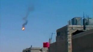 Capture d'écran d'une vidéo diffusée par l'opposition syrienne, montrant un hélicoptère en feu en chute libre au dessus de Damas, le 27 août 2012.