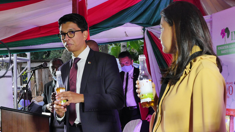 Shugaban Madagascar Andry Rajoelina yayin kaddamar da magani kum rigakafin kamu da cutar coronavirus na Covid-Organics da kwararru a kasarsa suka samar.