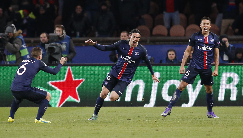 O uruguaio Edison Cavani comemora seu gol no Parc des Princes.