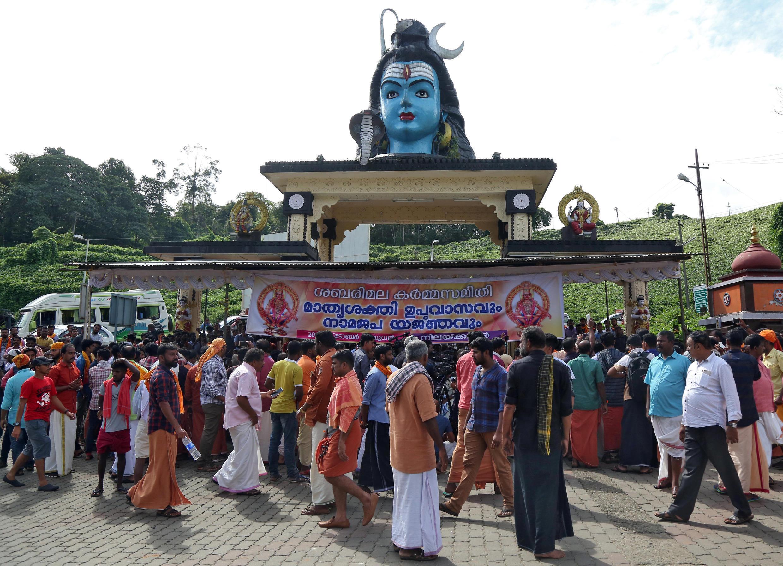 Indianos protestam contra abertura de templo hindu a mulheres em Kerala, na Índia, em 17 de outubro de 2018.