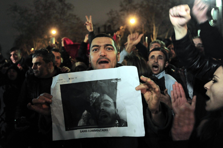 Cerca de 200 pessoas se reuniram em frente à Embaixada da Tunísia em Paris, nesta terça-feira.
