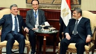 埃及总统穆尔西在开罗会晤前来参加伊斯兰合作组织会议的土耳其总统居尔