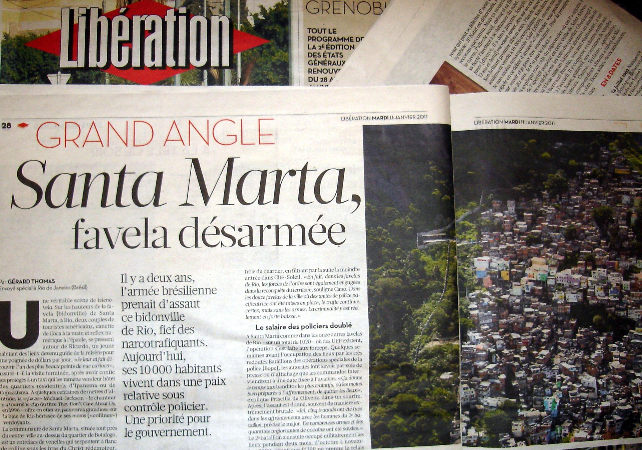 Artigo do jornal Libération relata vida da comunidade de Santa Marta dois anos depois da intervenção da polícia.