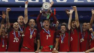 Đội tuyển Bồ Đào Nha giương cao Cúp vô địch bóng đá châu Âu 2016 - Stade de France, Pháp, 10/07/2016