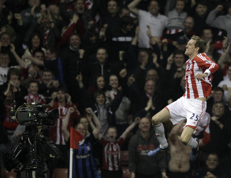 Dan wasan Stoke City, Peter Crouch a saman iska lokacin da zai harba kwallo a ragar Manchester City.
