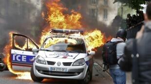 Une voiture de police a été incendiée ce mercredi 18 mai par des manifestants près de la place de la République à Paris, lors d'un rassemblement contre les violences policières interdit par la préfecture.