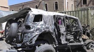 Des véhicules endommagés à proximité de l'attentat suicide au ministère yéménite de la Défense, le 5 décembre 2013.