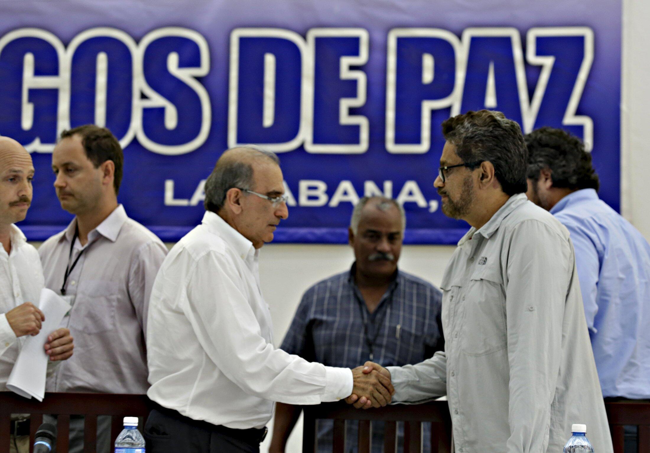 Humberto de la Calle (g.), représentant du gouvernement colombien, et Ivan Marquez (d.), représentant des FARC, dimanche 12 juillet à La Havane, à Cuba.
