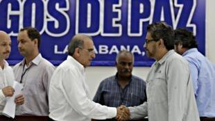Humberto de la Calle (izq.), representante del gobierno colombiano; e Iván Márquez (der.) representante de las FARC, el domingo 12 de julio en La Habana, Cuba.