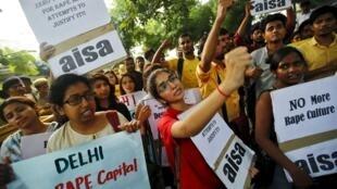Des dizaines de membres de l'Association des tous les étudiants d'Inde (Aisa) ont manifesté dimanche 18 octobre devant le siège de la police à New Delhi.