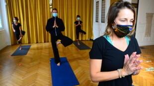 Charline, une professeur de yoga, donne un cours à quelques élèves, à Bordeaux le 28 septembre 2020