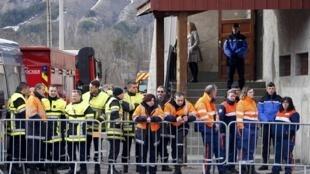 Equipes de resgate se preparam para embarcar em helicóptero que os levará para o local do acidente com o voo da Germanwings, nos Alpes franceses.