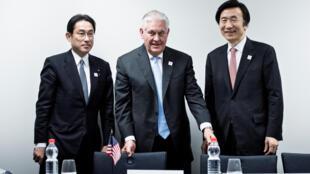 Rex Tillerson entre os ministros das Relações exteriores do Japão, Fumio Kishida e da Coreia do Sul,Yun Byung-Se,durante a reunião do G20 na Alemanha.