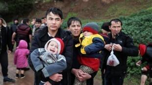 پناهجویانی که پس از گشوده شدن مرزهای ترکیه خود را به مرزهای یونان رساندهاند، نه یونان آنها را راه میدهد و نه ترکیه امکان بازگشت به آنان میدهد.