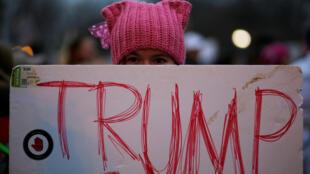 Une femme portant le Pussy Hat lors d'une manifestation le 21 janvier 2017 à Washington, Etats-unis.