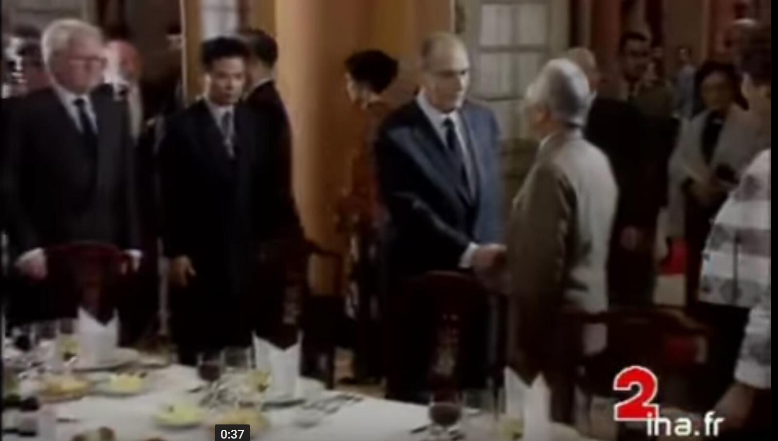 Tổng thống Pháp François Mitterrand và đại tướng Việt Nam Võ Nguyên Giáp tại Hà Nội, năm 1993. Ảnh chụp màn hình kênh 2, đài truyền hình Pháp.