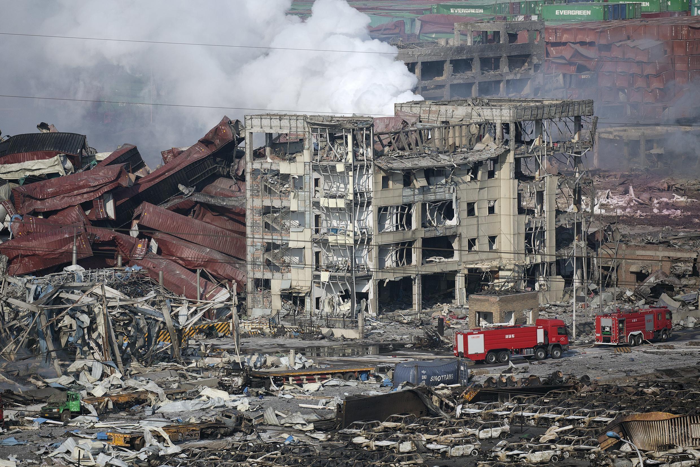 Immeubles éventrés, toits effondrés : le quartier du port de Tianjin a souffert des deux explosions de la nuit.