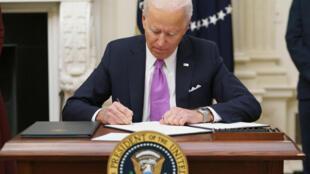El presidente de EEUU, Joe Biden, firma órdenes ejecutivas para combatir la pandemia del coronavirus, el 21 de enero de 2021 en la Casa Blanca, en Washington