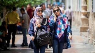 Des femmes marchent voilées à Téhéran en Iran, le 16 juillet 2019. Le voile y est obligatoire depuis la Révolution islamique en 1979.