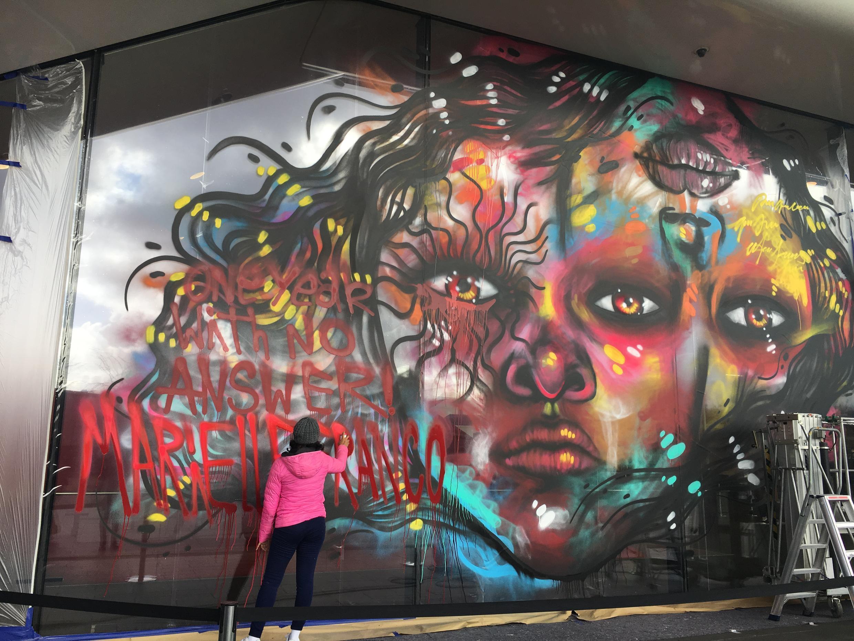"""A artista carioca gravou a frase """"One year with no answer"""" (Um ano sem respostas), em homenagem à Marielle Franco."""
