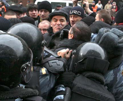 Garry Kasparov (giữa đội mũ) bị cảnh sát bắt giữ hồi 2007.