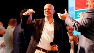 德国东部勃兰登堡州举行地方选举  右翼另类选择党候选人安德烈亚斯·卡尔比茨(Andreas Kalbitz)挥臂欢呼胜利      2019年9月1日