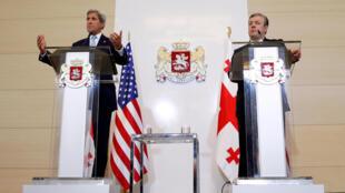 کنفرانس مطبوعاتی جان کری، وزیر امورخارجه آمریکا و گئورگی کویرکاشویلی، نخست وزیر گرجستان در تفلیس پایتخت گرجستان. چهارشنبه ۶ ژوئیه ٢٠۱۶