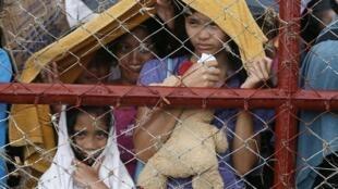 Crianças no aeroporto de Tacloban à espera de um avião para a capital Manila.