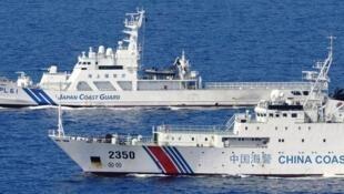 图为中国海警船与日本海警船在东海对峙