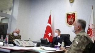 Le ministre turc de la Défense Hulusi Akar (C) lors de la réunion du commandement des forces armées turques à Ankara pendant l'opération militaire «Griffe du tigre», le 17 juin 2020.