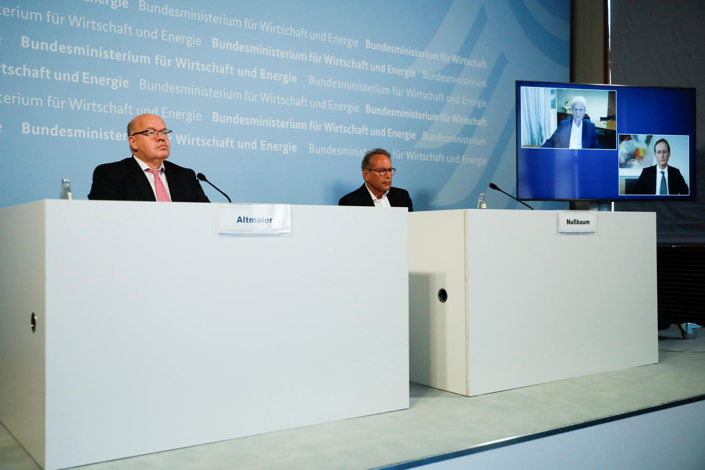 Bộ trưởng Kinh Tế Đức Peter Altmaier (T) họp báo trực tuyến tại Berlin ngày 15/06/2020 cùng với ban lãnh đạo viện bào chế vac-xin Đức CureVac (trên màn hình).