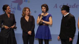 Ana Siqueira, diretora-assistente de A cidade onde envelheço, recebe o Abrazo de melhor filme