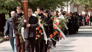 Les funérailles du journaliste Slavko Curuvija, critique de l'ex-homme fort de Serbie Slobodan Milosevic, le 14 avril 1999 à Belgrade.