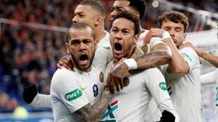 巴黎圣日耳曼足球队内马尔及阿勒维在对抗雷恩队时各踢进一球   2019年4月27日