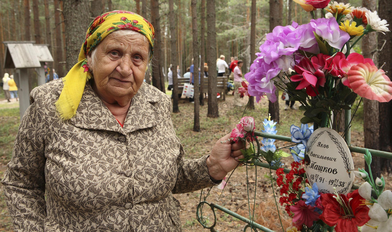 En 2007, une parente d'un défunt mort pendant la Grande Terreur est venue rendre hommage aux victimes.