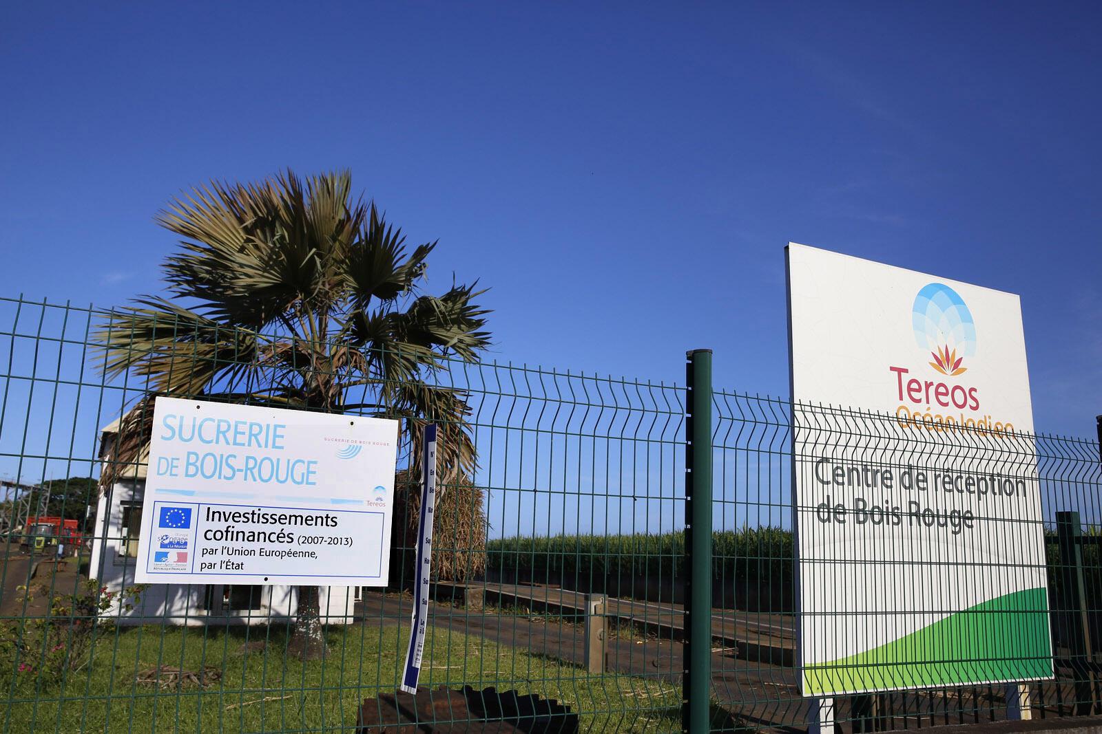 Placa na ilha da Reunião, departamento ultramarino francês, mostra fábrica construída com recursos da União Europeia.