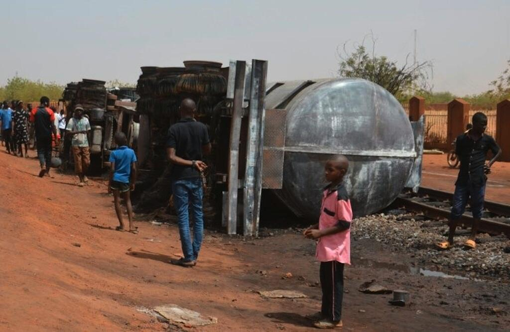The overturned fuel tanker at the centre of last night's disaster near the Nigerien capital, Niamey.
