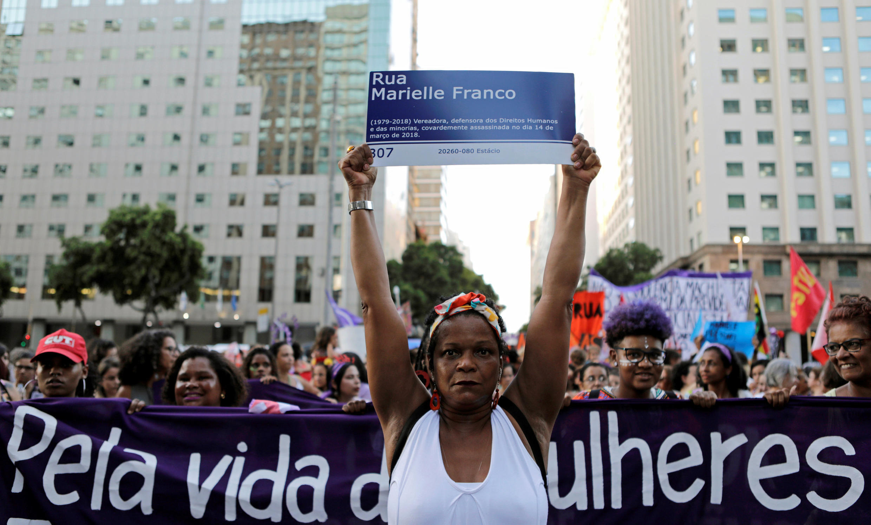 Une rue au nom de Marielle Franco, demandent ces manifestants photographiés le 8 mars 2019 à Rio de Janeiro.