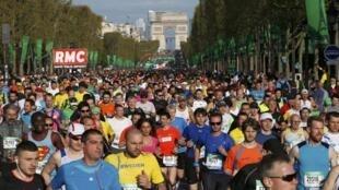 Runners on the Champs Élysées at the start of the 2014 Paris Marathon.