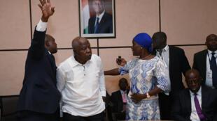 L'ex-ministre ivoirien de la Défense, Kadet Bertin (chemise blanche), parle avec l'actuelle ministre de la Cohésion sociale, Mariatou Koné, lors de osn arrivée à Abidjan le 30 juin dernier.