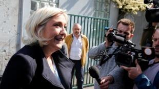 La líder del partido de extrema derecha, Marine Le Pen, le habla a la prensa después del anuncio de los resultados de las elecciones europeas en Francia. París, 26 de mayo de 2019.